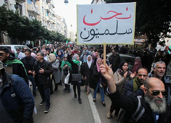 المتظاهرون يؤكدون على سلمية فاعلياتهم