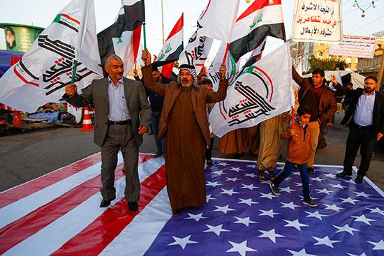 علم امريكا على الأرض تحت أقجدام المحتجون