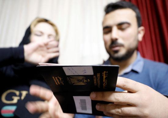 امجد يعرض على والدته تاشيرة الدخول