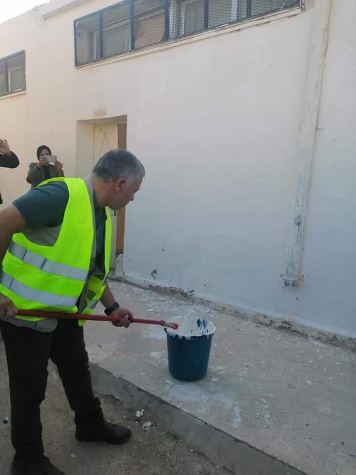 ملك الأردن يشارك المتطوعين فى أعمال الصيانة لمدرسة. (4)