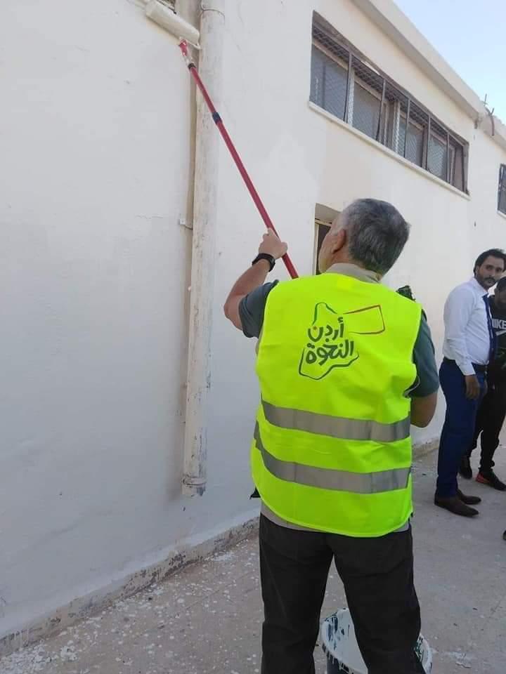 ملك الأردن يشارك المتطوعين فى أعمال الصيانة لمدرسة. (3)