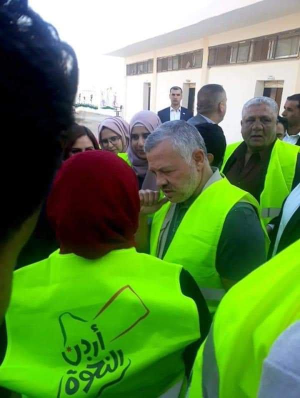 ملك الأردن يشارك المتطوعين فى أعمال الصيانة لمدرسة. (1)