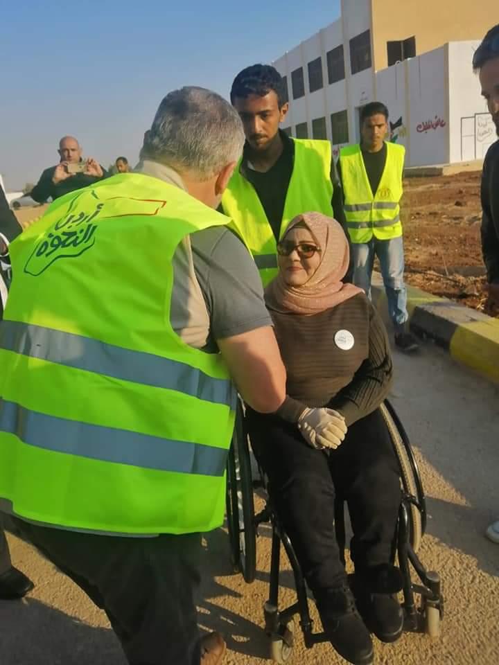 ملك الأردن يشارك المتطوعين فى أعمال الصيانة لمدرسة. (2)