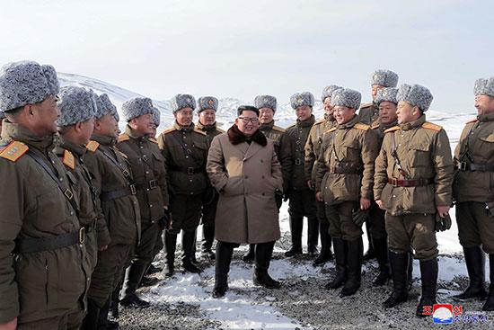 زعيم كوريا الشمالية وسط معاونيه