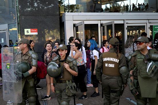 إصطفاف الجنود لتأمين أحد المولات خلال الإحتجاج