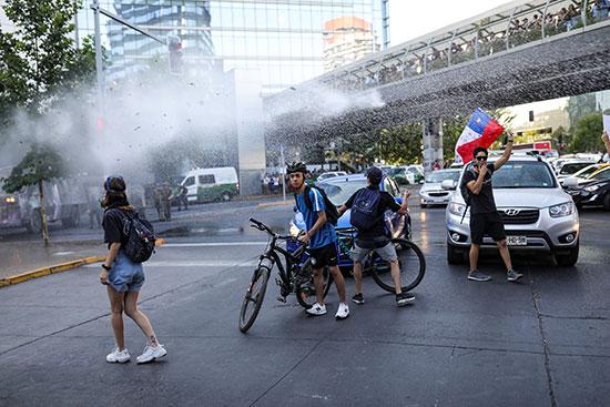 استخدام مدافع المياه لتفريق المحتجين