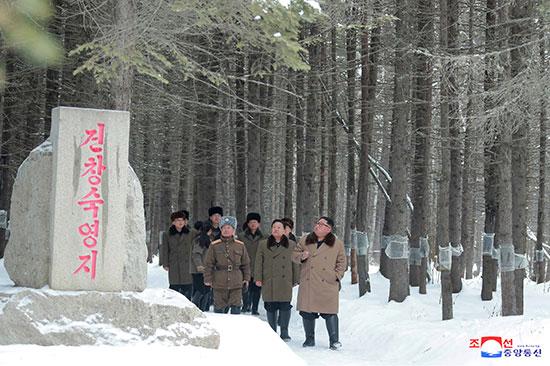 الزعيم الكورى الشمالى ومعاونيه