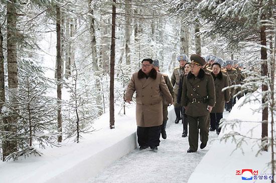 زعيم كوريا الشمالية كيم جونج أون يزور مواقع المعارك فى مناطق جبل بايكتو