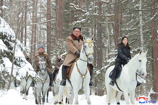 زعيم كوريا الشمالية خلال زيارته لمواقع المعارك