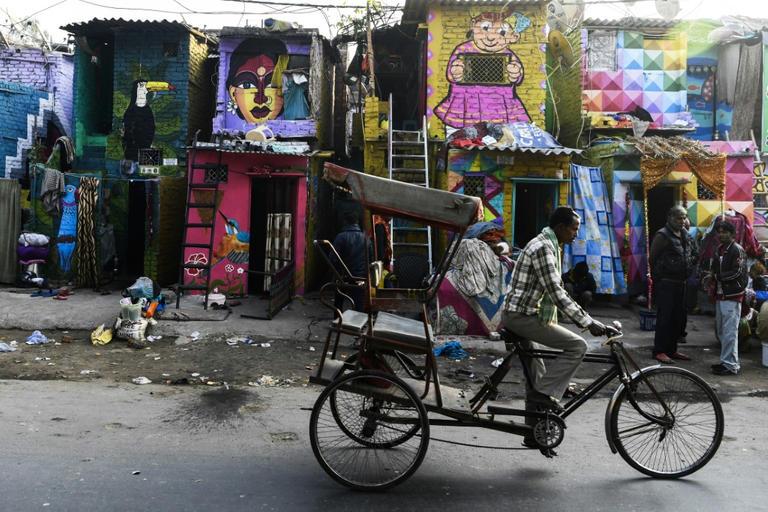 فنانون هنود يزينون مباني حي فقير بالجرافيتى