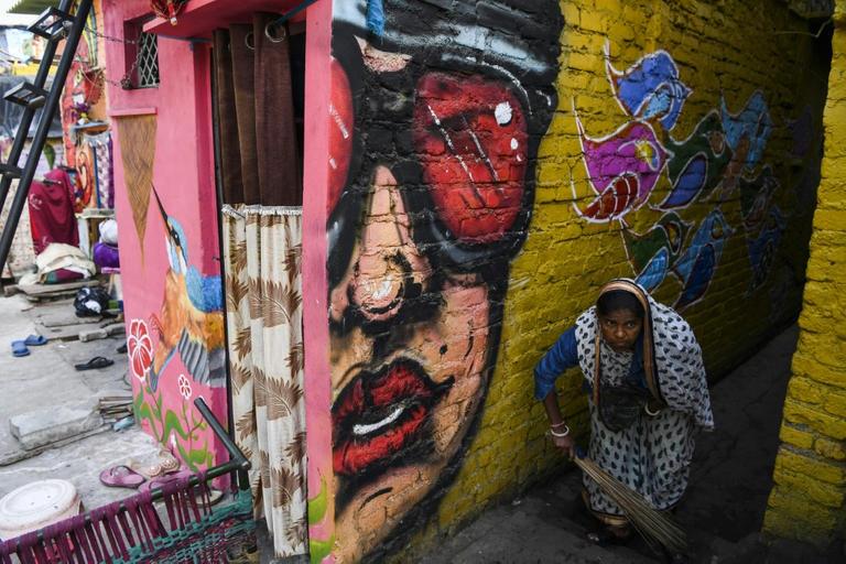 رسوم الجرافيتى تزين الحى الهندى الفقير