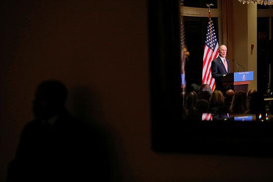يلقي مايكل بلومبرج كلمه اثناء تكريمه من قِبل جمعية أيرون هيلز