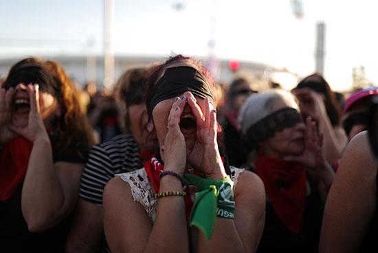 المشاركات فى المظاهرات يهتفون ضد الحكومة والعنف ضد المرأة