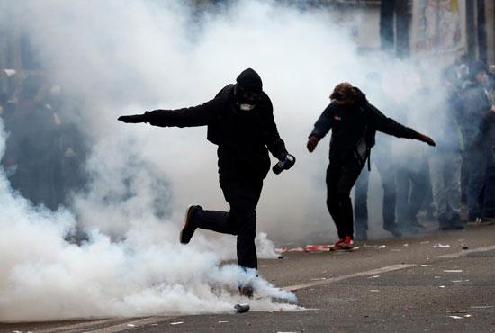 المتظاهرين فى فرنسا