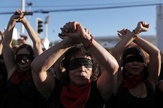 يشارك نشطاء حقوق المرأة في مظاهرة مناهضة للعنف ضد المرأة