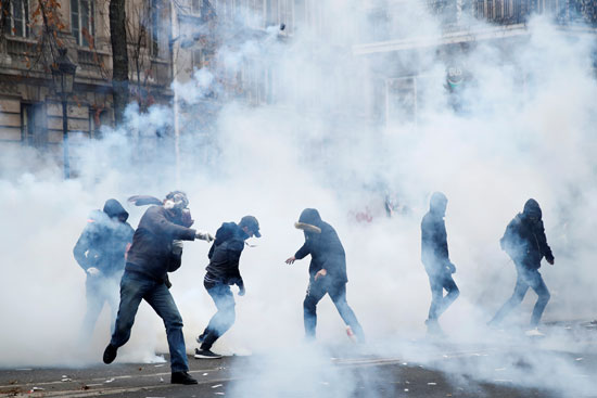 الشرطة تطلق الغاز المسيل للدموع
