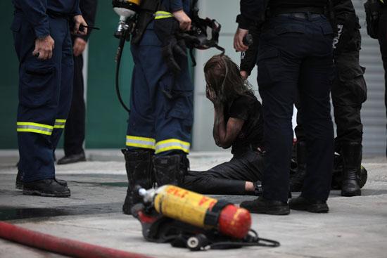 رجال الإطفاء بمحيط فتاة عقب انقاذها من الحريق