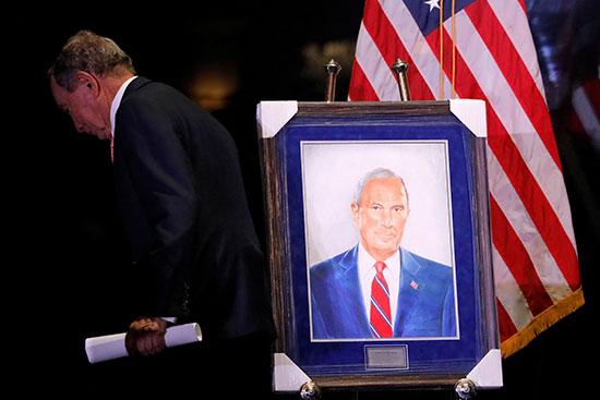 يتخطى المرشح الديمقراطي للرئاسة الأمريكية مايكل بلومبيرج صورة شخصية له بعد تكريمه من جمعية أيرون هيلز