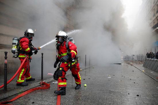 رجال الاطفاء تسعى للسيطرة على الحرائق