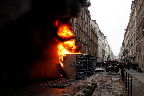 النيران تلتهم عربة شرطة خلال الاشتباكات