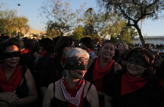 نشطاء حقوق المرأة فى تشيلى يغطون اعينهم بششارات سوداء
