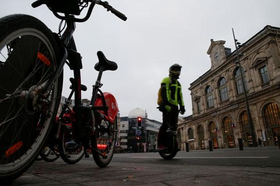 رجل-يركب-دراجة-هوائية-كهربائية