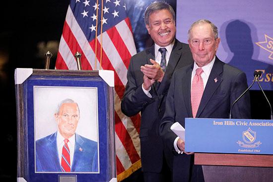 يتفاجئ بلومبرج بتقديم صورة شخصية له أثناء تكريمه من قبل جمعية أيرون هيلز