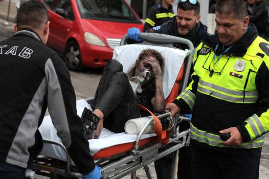 رجال الاسعاف تنقل فتاة مصابة فى الحريق