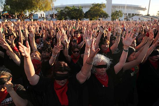 نشطاء حقوق المرأة يشاركون في مظاهرة مناهضة للعنف ضد المرأة