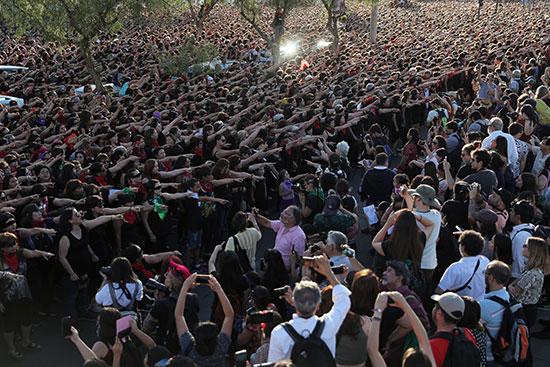 تجمع حاشد لنشطاء حقوق المرأة فى تشيلى