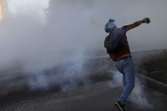 موجات من العنف ضربت البلاد إثر اشتباكات المتظاهرين مع الشرطة