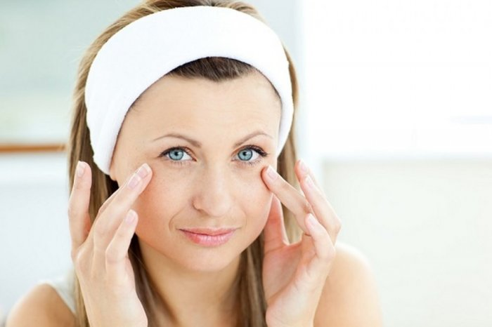 وصفات طبيعية للتخلص من تجاعيد العين