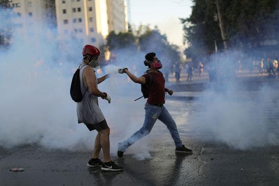 متظاهرون يقذفون قوات الأمن بالحجارة
