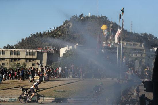 الشرطة تستخدم رشاشات المياه لتفريق المتظاهرين