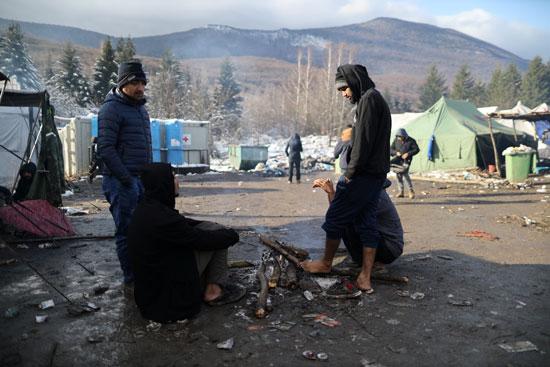 مهاجرون يحاولون التدفئة