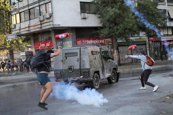الشرطة تستخدم قنابل الغاز لتفريق المتظاهرين