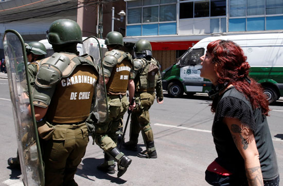 متظاهرة تحاول استفزاز قوات الأمن