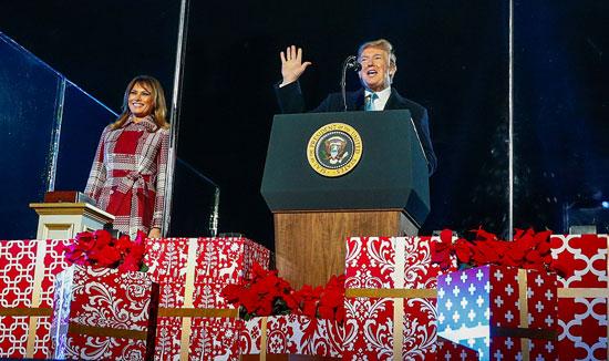 ترامب يلقى كلمة أثناء إضاءة شجرة الكريسماس