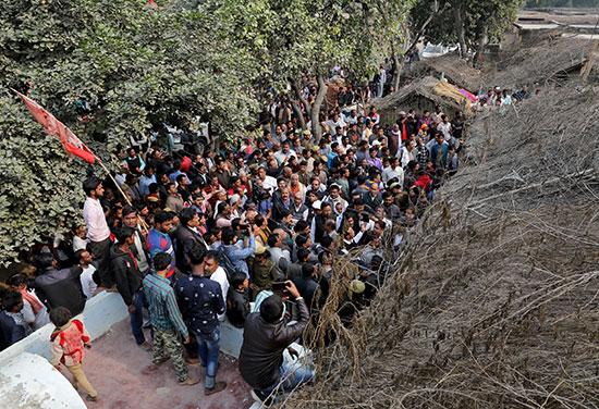 تجمعات بشرية حاشدة تحاصر منزل الفتاة الضحية
