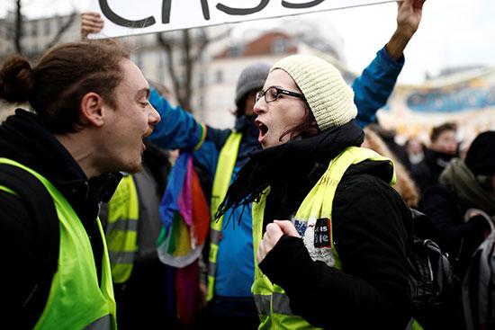 المتظاهرون يهتفون ضد الاوضاع المعيشية فى فرنسا
