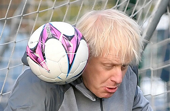 جونسون يحول تثبيت الكرة على كتفه