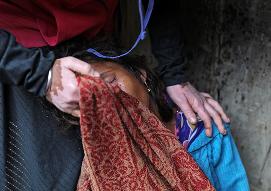 شقيقة الضحية تبكى على فراقها