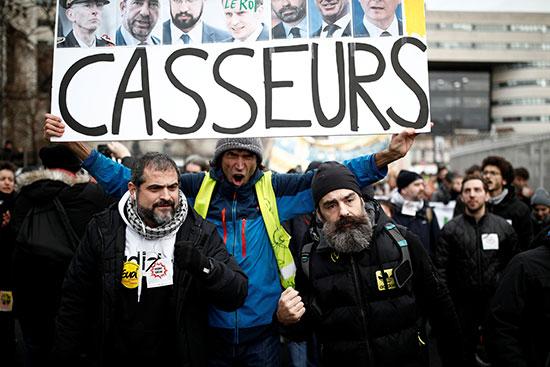 المتظاهرون يهتفون احتجاجا على الاوضاع المعيشبة فى فرنسا