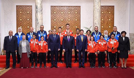 الرئيس عبد الفتاح السيسي مع المنتخب الأوليمبى (12)