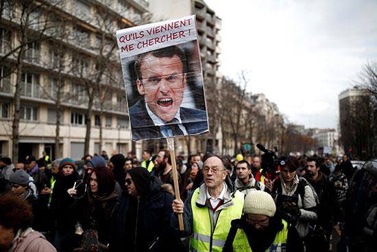 اصحاب السترات الصفراء يرفعون صور الرئيس الفرنسى خلال احتجاجاتهم