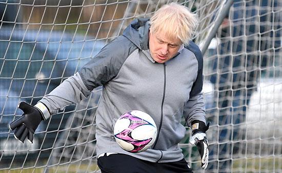 جونسون يحاول تمرير الكرة