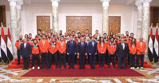 الرئيس عبد الفتاح السيسي مع المنتخب الأوليمبى (9)