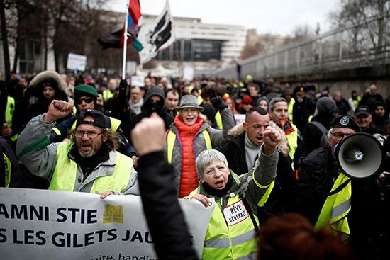 تجمع حاشد لأصحاب السترات الصفراء احتجاجا على الاوضاع المعيشية
