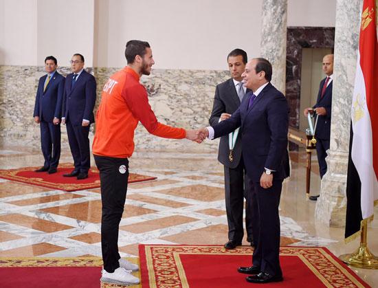 الرئيس عبد الفتاح السيسي مع المنتخب الأوليمبى (10)