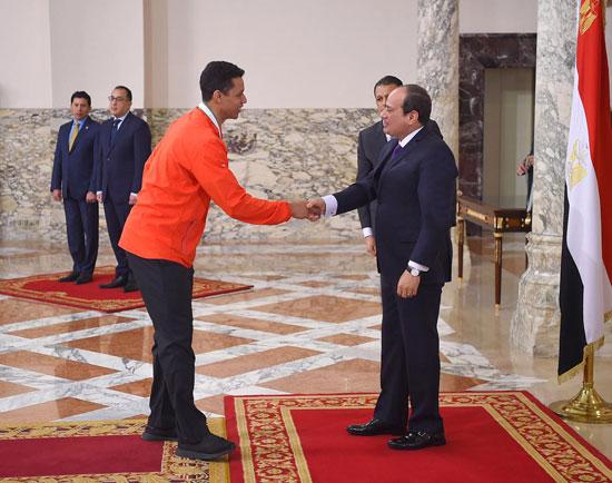 الرئيس عبد الفتاح السيسي مع المنتخب الأوليمبى (8)